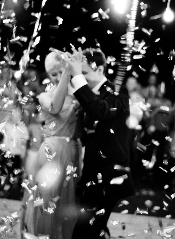 confetti-bomb-wedding-dancing