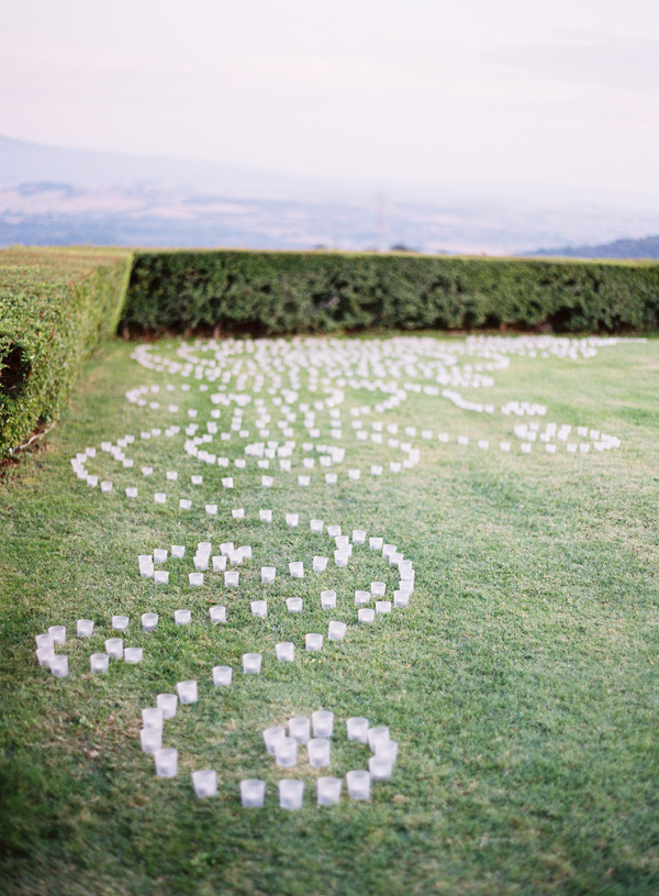 swirling-votives-on-the-lawn-ceremony-decor